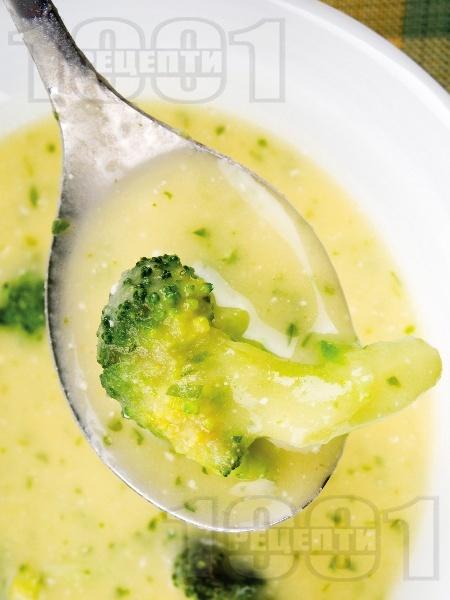 Зеленчукова крем супа от броколи, моркови и картофи с топено сирене - снимка на рецептата